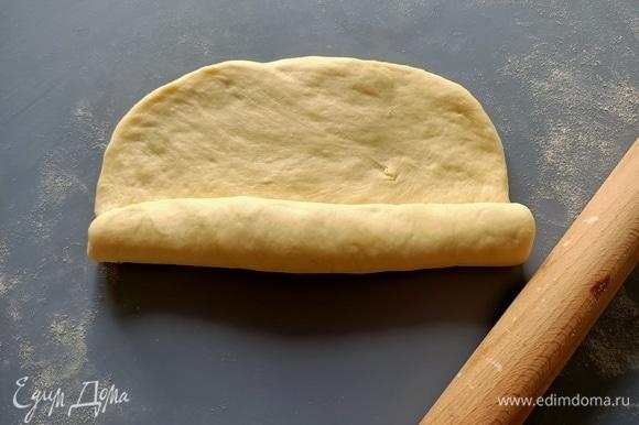 Свернуть тесто в рулет, при каждом загибе надавливая пальцами, чтобы наша будущая «Сайка» при выпекании не потеряла форму.