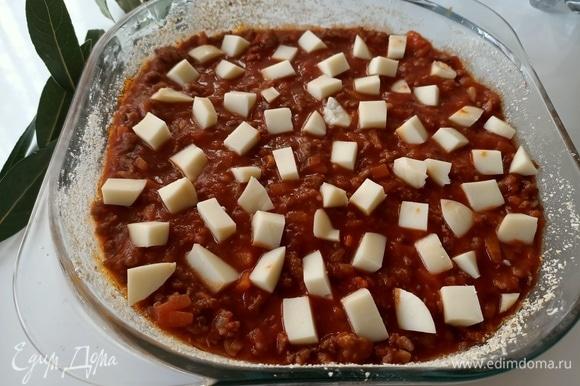 Далее добавить сыр, предварительно нарезанный кубиками.