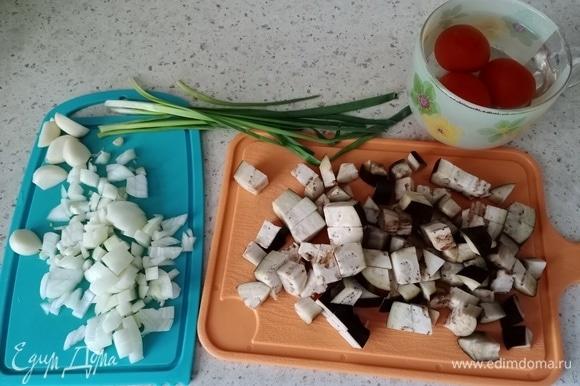 Это почти все ингредиенты, которые нам понадобятся. В первую очередь ставим вариться рис. И пока он варится, займемся овощами.