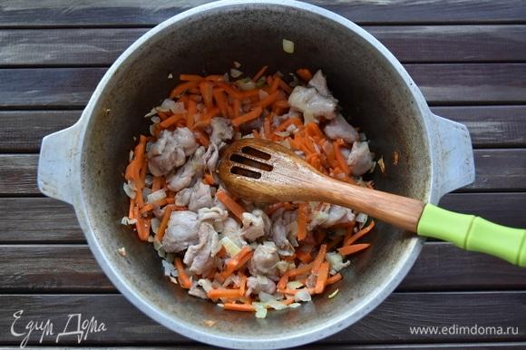 В казане разогреть растительное масло до появления сизого дымка. Обжарить подготовленное мясо со всех сторон. Добавить овощи, перемешать, обжарить еще 3–4 минуты. Влить 0,5 стакана воды, всыпать соль и специи. В середину вставить целую головку чеснока. Получившийся зирвак томить еще 30 минут, не давая ему сильно кипеть, чтобы овощи не разварились.