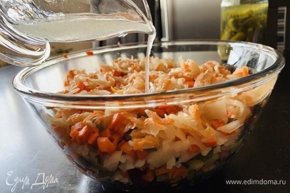 Смешиваем масло с уксусом, заправляем салат и перемешиваем. По желанию можно добавить соль и перец, я не добавляю.
