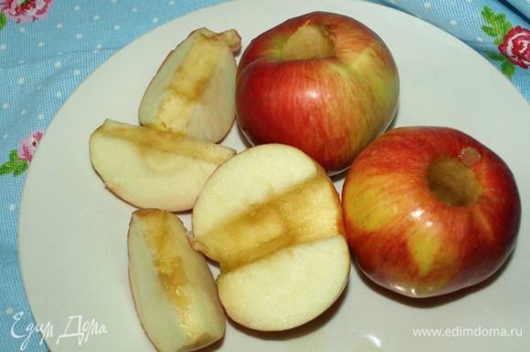 У яблок удаляем серцевину и нарезам их на крупные дольки.