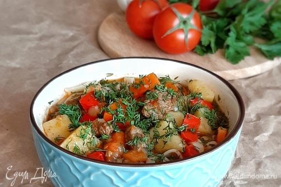 В глубокую миску кладем часть лапши, заливаем ее нашей подливой и посыпаем мелко нарубленной зеленью. Приятного аппетита!