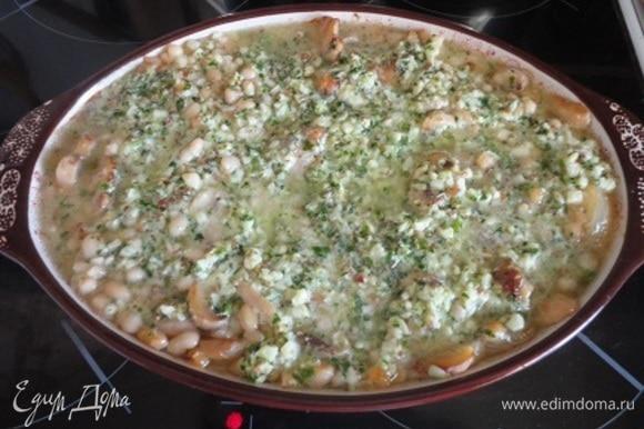 Соус песто перемешать со сливками и полить полученной смесью фасоль. Слегка перемешать и снова поставить блюдо в духовку еще на 5 минут.
