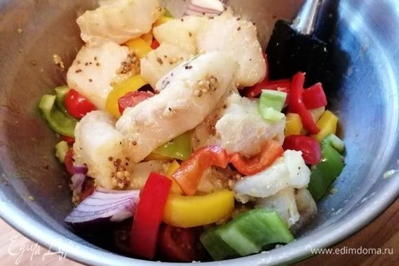 Перцы, лук нарезать на крупные кусочки, черри — на половинки. Аккуратно смешать овощи с рыбой. Проверить на соль и перец.