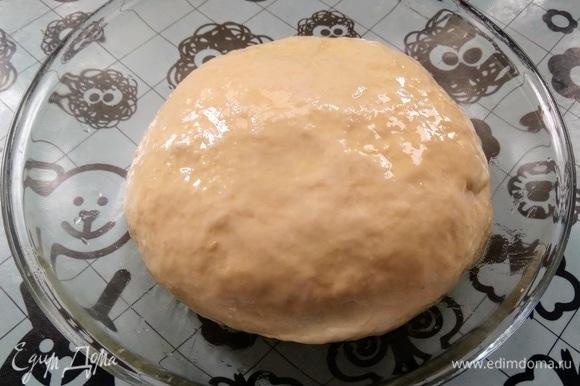 Просеять муку, добавить кипяток и перемешать. Затем влить воду, добавить соль и масло. Замесить тесто до эластичности. Положить в миску, смазать поверхность маслом, накрыть и оставить отдыхать на 20 минут.