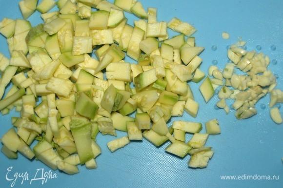Кабачки нарезать кубиком, чеснок очистить и мелко порубить.