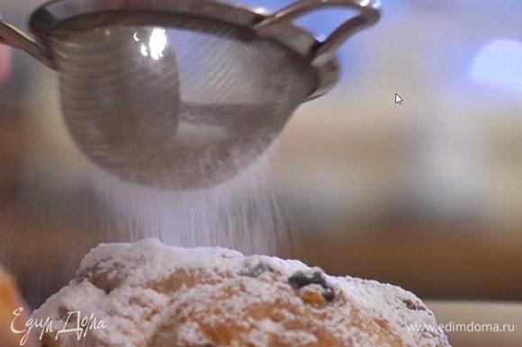Готовые куличи посыпать сахарной пудрой.