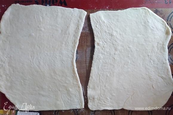 Слоеное тесто разморозить, раскатать и нарезать на 4 части.