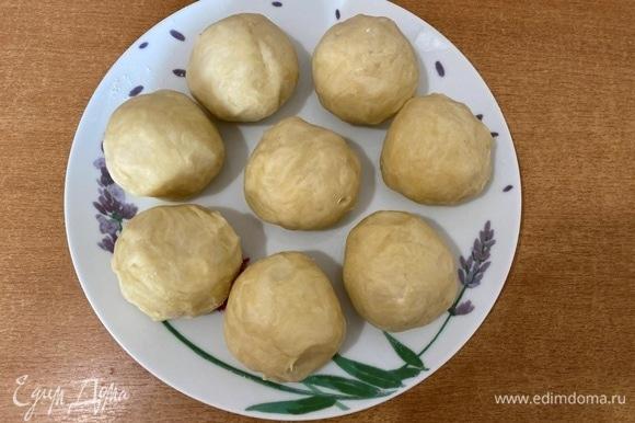 Готовое тесто разделить на 8 частей, скатать шарики и отправить в холодильник на 30 минут.