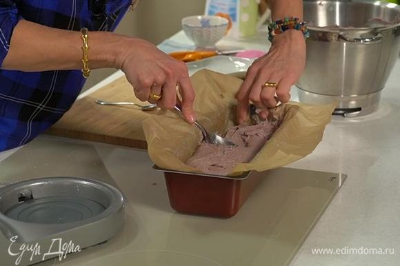 Форму застелить бумагой для выпечки, выложить тесто и равномерно распределить.