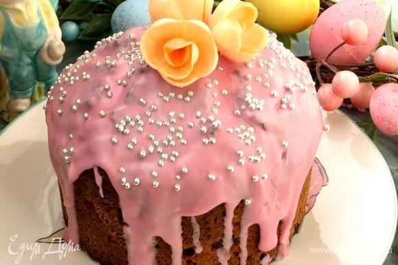 Украшаем остывший кекс на свое усмотрение. Можно посыпать сахарной пудрой или покрыть глазурью. Если дать кексу постоять несколько дней, то раскроются все вкусы и ароматы.