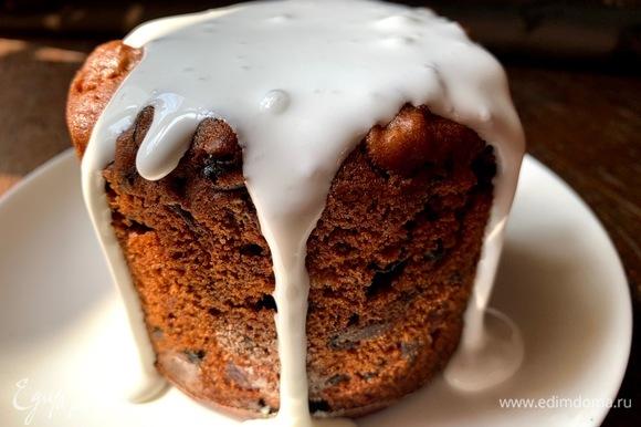 У нас два вида декора: в сахарной пудре и в глазури. Глазурь: сливки хорошо смешать с пудрой, полить кекс (застывает моментально!).