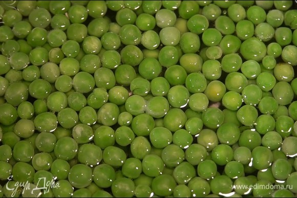 Зеленый горошек предварительно разморозить и на несколько минут опустить в кипящую воду, откинуть на дуршлаг и обдать ледяной водой.