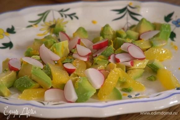 Редис нарезать тонкими дольками и разложить на авокадо.
