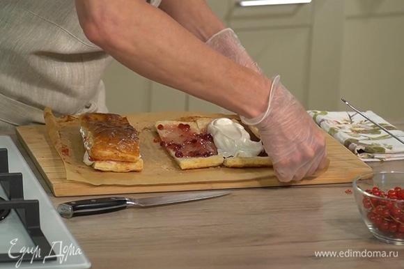 На половину смазанных джемом прямоугольников выложить взбитые сливки, затем сложить вместе части, смазанные джемом и сливками, так чтобы начинка осталась внутри, и разрезать пополам.