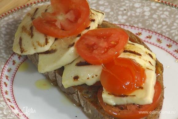 Один кусок обжаренного хлеба смазать пастой харисса, выложить на него половину помидоров, поперчить, затем добавить обжаренный халуми и оставшиеся помидоры, полить все медом.