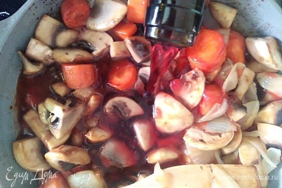 Влить вино. Я использовала кагор, что придало мясу приятную сладость. Тушить еще пару минут.