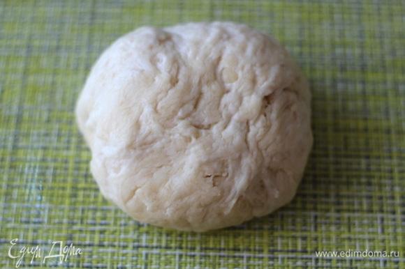 Добавляя понемногу муку, замесить мягкое эластичное тесто. На фото тесто сразу после замеса.