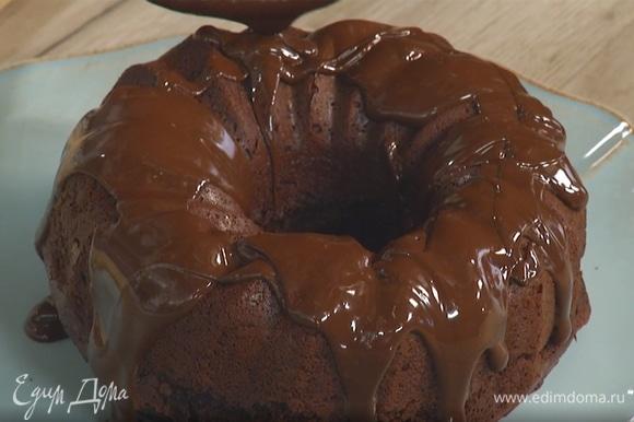 Готовый пирог полить растопленным шоколадом.