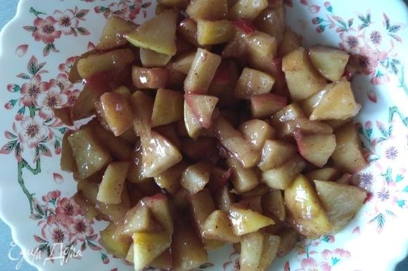Крахмал смешать с водой, влить к яблокам, перемешать. Остудить начинку.