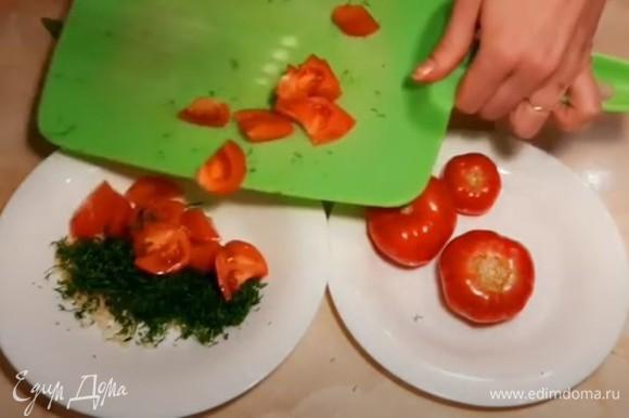 Помидоры нарезаем мелко дольками и кладем к укропу с чесноком.