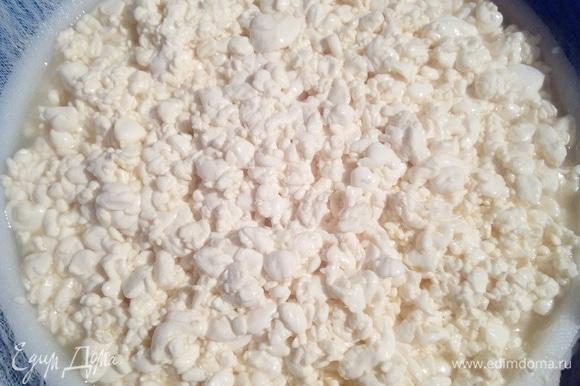 Выкладываем сырное зерно, не уплотняя его. Так масса должна быть рыхлой и насыщенной воздухом. Именно это в дальнейшем придаст ажурную структуру сыру. Как объясняет один хороший сыровар: «У российского сыра глазки должны быть механическими, то есть образовавшимися при неплотном насыпании зерна в форму».