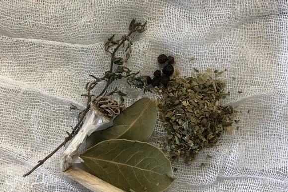 В марлю выкладываем лавровый лист, веточку тимьяна, корешок чеснока, орегано, базилик, майоран, розмарин, чабер, шалфей, завязываем плотно.