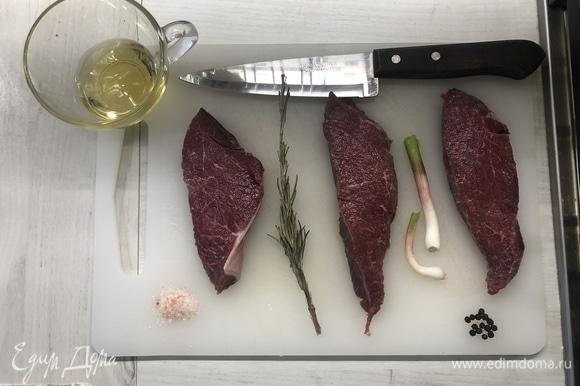 Мясо выбираем как можно «мраморнее», кость — тоже немаловажный момент, она прожаривает стейк, но правильные кусочки найти гораздо сложней — все это нужно для финального результата. Вырезку моем, сушим, нарезаем поперек волокон (от 2 см), оставляем при комнатной температуре как минимум на час.