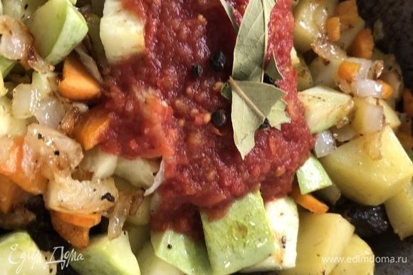 Отправляем зажарку в кастрюлю, добавляем томатную пасту, лаврушку, перец горошком, заливаем на два пальца вверх воды, доводим до кипения, уменьшаем уровень воды до 1,5 раза меньше, чем залили.