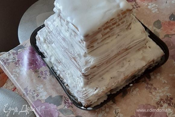 Готовые коржи сложить друг на друга и ровно обрезать края с помощью ножа. Промазать коржи кремом и сложить один на другой, последний верхний корж также обмазать кремом, бока торта — тоже. Украсить толчеными грецкими орехами.