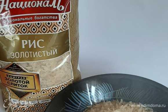 Рис отварить до готовности, добавить соевый соус. Сформировать тело, голову, уши и лапки, уложить на тарелку. Вырезать из сыра мордочку, а из лука или огурца — нос и глаза.