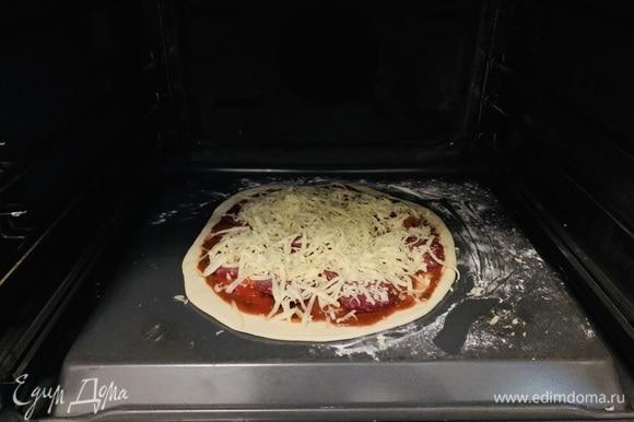 Припыляем мукой противень с обратной стороны — так пицца легко съезжает после выпекания. Можете использовать любую другую форму, непринципиально. Перекладываем на него тесто и заправляем пиццу.