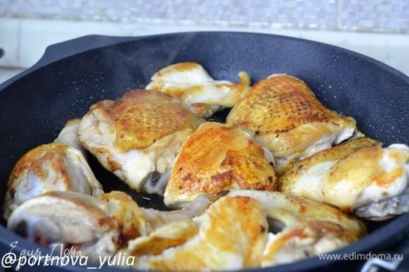 Цыпленка нарезаем крупными кусками. На сковороде разогреваем сливочное и растительное масло. Обжариваем на сильном огне кусочки курицы до румяности.