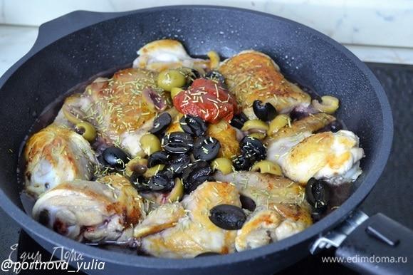 Добавляем разрезанные пополам маслины и оливки. Наливаем вино. Добавляем томатную пасту, мед и розмарин. Аккуратно перемешиваем, солим по вкусу. Накрываем сковороду фольгой и убираем в прогретую до 170°C духовку. Готовим 60 минут. Если у вашей сковороды несъемная ручка, просто переложите все в подходящую форму для запекания и накройте фольгой. Еще, как вариант, можно запросто приготовить это блюдо и на плите, исключая духовку. Просто потомите на слабом огне в течение часа. 🍴Приятного аппетита🍴