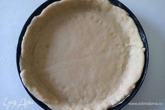 Охлажденное тесто разделить на две части (2/3 и 1/3). Большой кусок теста раскатать в пласт и выложить в форму, формируя бортик.