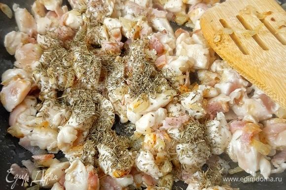 Нарезаем кубиком куриное филе, бекон — соломкой. Отправляем в сковороду к луку. Добавляем тимьян.
