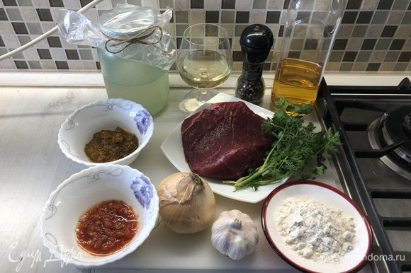 Подготовим ингредиенты. Мясо нарежем поперек волокон на средние куски.