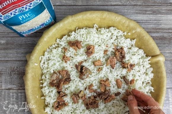 Выкладываем слой риса. У тунца я убрала косточки и поломала его на крупные кусочки. Кладем его на слой риса и поливаем бульоном от тунца (я добавила примерно 5 ст. л.).