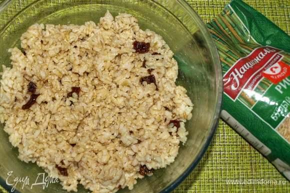 Соединяем с готовым рисом, добавляем молотый перец и перемешиваем.