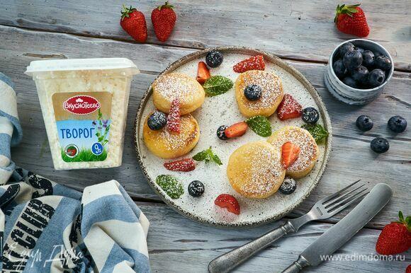 Подавайте со свежими ягодами голубики и клубники.
