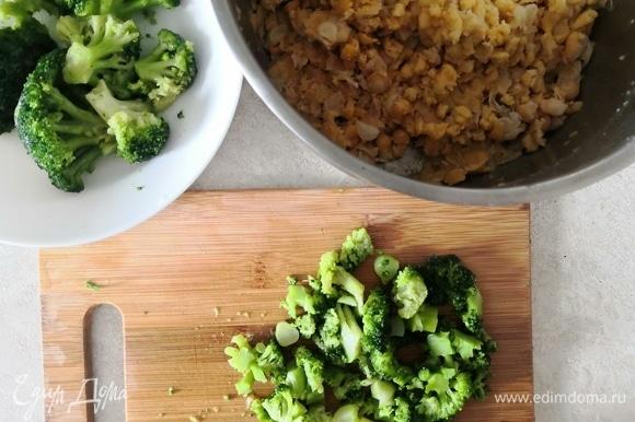 Брокколи мелко нарезать (можно в комбайне) и готовить в микроволновке в течение 3 минут без воды. Нут размять не полностью.