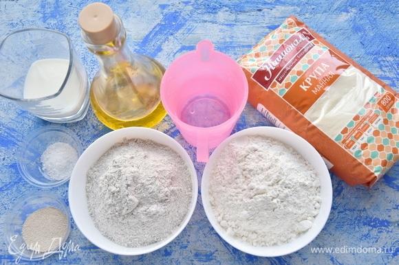 Подготовить продукты. Для приготовления постного варианта хлеба молоко можно заменить водой. Муку соединить и просеять. Половину манной крупы перемолоть в блендере (не обязательно).