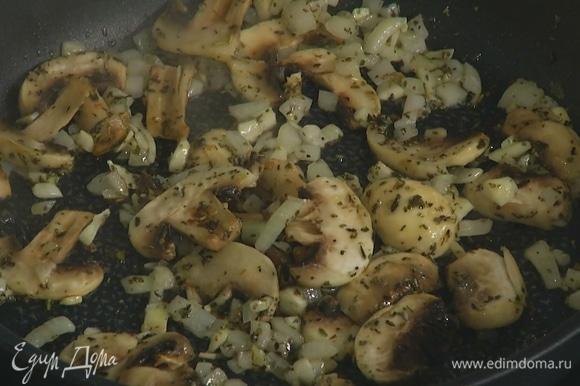 Шампиньоны нарезать ломтиками, добавить к луку и чесноку, посолить и обжарить до готовности.
