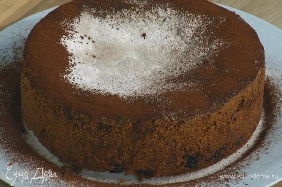 Готовый пирог посыпать сахарной пудрой и какао.
