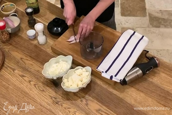 Шалот почистить, разрезать на части и поместить в чашу блендера, влить сок лимона и измельчить.