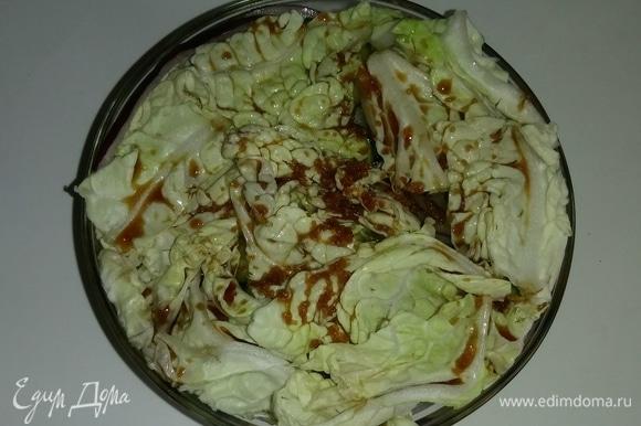 После того как емкость с овощами полностью заполнена, заливаем в нее смесь соевого соуса с сушеным чесноком и оливковым маслом.