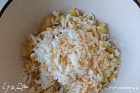 К обжаренному картофелю добавить измельченные яйца. Я натерла их на крупной терке, можно порубить.