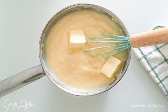 Перелить крем обратно в сотейник, варить, постоянно помешивая, пока крем не загустеет, снять с огня, вмешать сливочное масло.