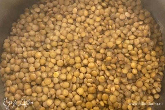 Чечевицу отварить согласно инструкции на упаковке, затем выложить в тарелку и полить половиной заправки.